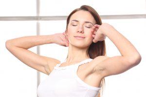 Mujer estirando acupuntura barcelona